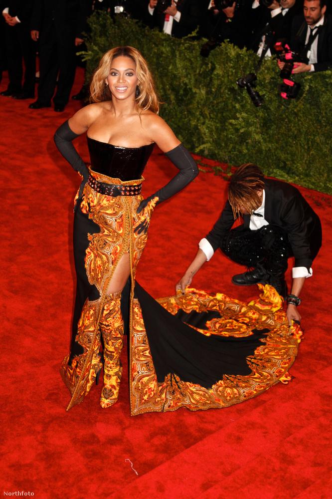 Ez nyilván egy nagy profizmust igénylő szakma, ön vagy én biztosan nem tudnánk Beyoncé uszályát rögtön elsőre egy kézmozdulattal a legfotogénebbre igazítani egy vörösszőnyeges eseményen élőben.
