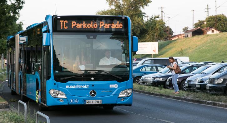 A VT-ARRIVA busza a tavalyi éjszakai Parkoló Parádén