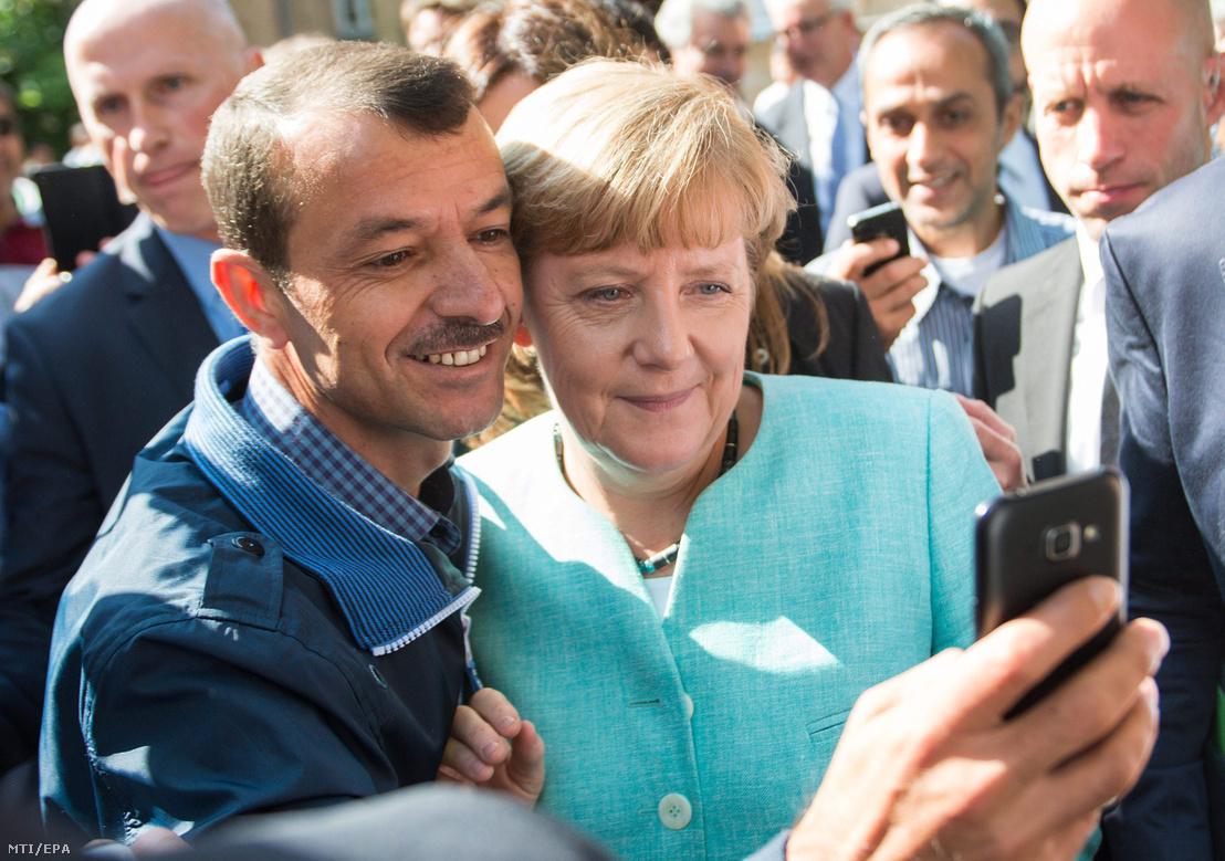 Angela Merkel egy menekülttel szelfizik 2015 szeptemberében Berlinben