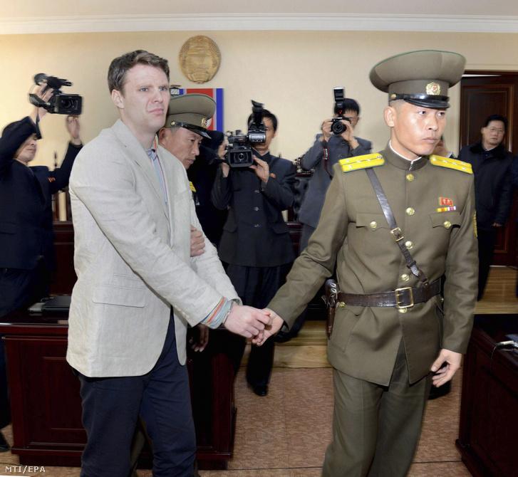 A KCNA észak-koreai hírügynökség által közreadott 2016. március 16-án készült kép Otto Warmbier Észak-Koreában letartóztatott amerikai egyetemistáról (b) a phenjani legfelsõbb bíróság tárgyalótermében.