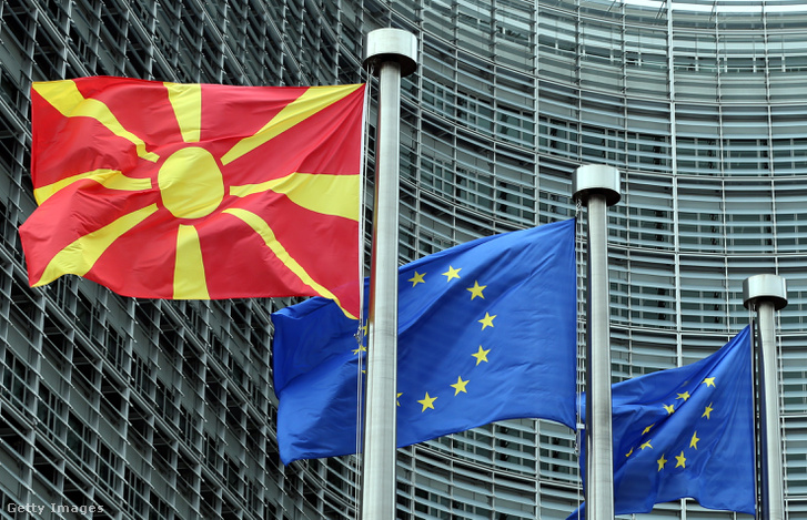 Macedónia és az EU zászlói a macedón miniszterelnök, Zoran Zaev brüsszeli látogatásakor