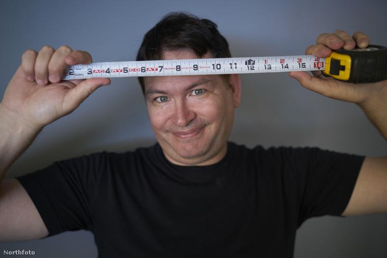 A férfit Jonah Falconnak hívják, 47 éves, és itt mérőszalagon mutatja, hogy mennyi ez a 34 centi