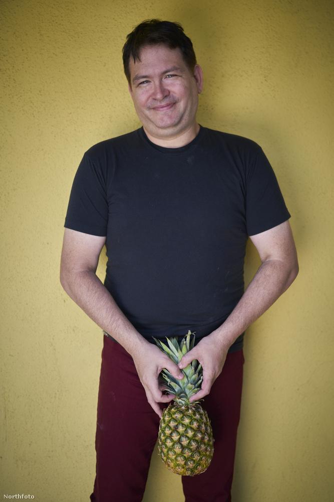 Itt pedig egy ananászt tart oda, de most olyan fotók jönnek, amin magából a kérdéses testrészből is látszik valamennyi alsónadrágon keresztül.