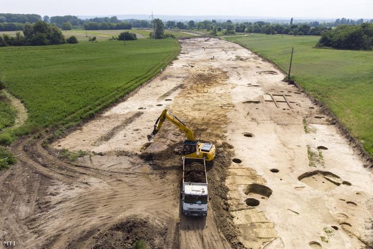 Munkagép az M76-os autóút építkezésén Keszthely egyik külterületi településrészén Fenékpuszta közelében 2018. május 22-én.