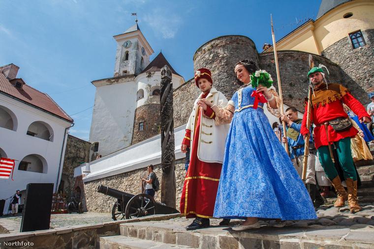 Itt érkeznek a szereplők, akik korhű jelmezben mutatják be, hogy milyen lehetett Zrínyi Ilona és Thököly Imre esküvője