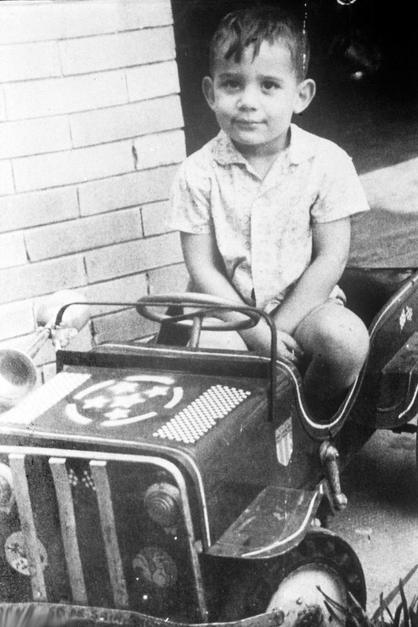 Ayrton Senna négyéves korában ült először gokartba, első versenyén pedig 13 évesen vett részt. Édesapja kezdettől fogva bátorította fiát.