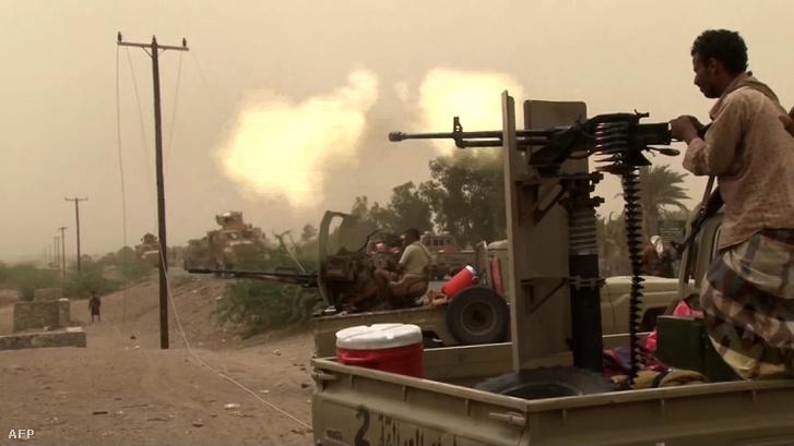 Jemeni kormányerők a reptér környéki harcokban