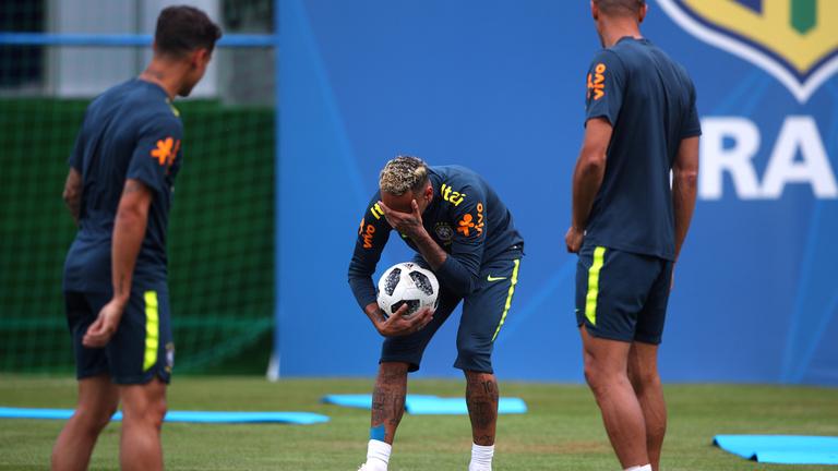 Fájdalmas arccal hagyta félbe az edzést Neymar