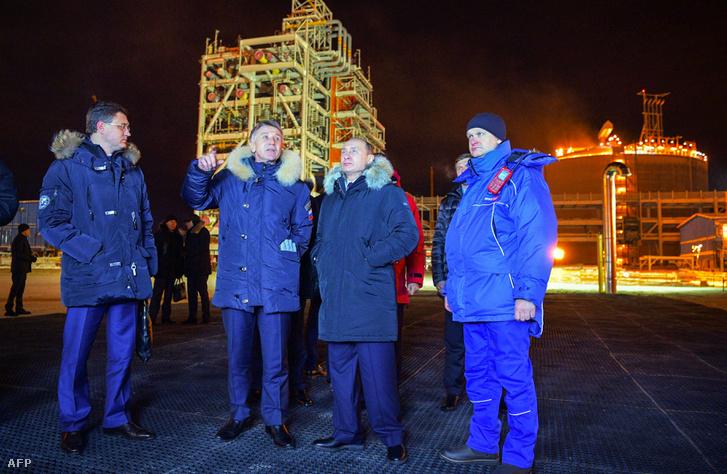 Vlagyimir Putyin Leonyid Mikhelson és Alekszander Novak kíséretében a Yamal LNG üzemben 2017. december 8-án