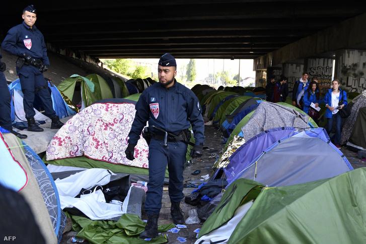 Francia rendőr a Canal de Saint-Denis partján lévő sátortábor evakuálásakor 2018. május 30-án