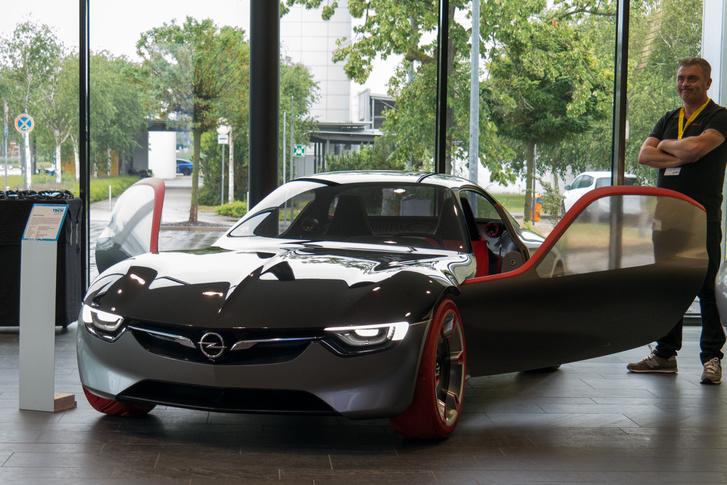 Az Opel GT tanulmány a bejáratnál. Azért jól néz ki