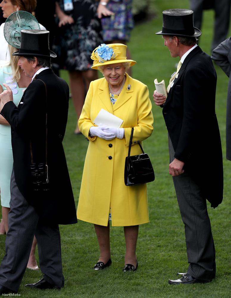 A királynőnek viszont nem kell erőlködnie, bármiben is jelenik meg, úgyis mindenki rá figyel majd...