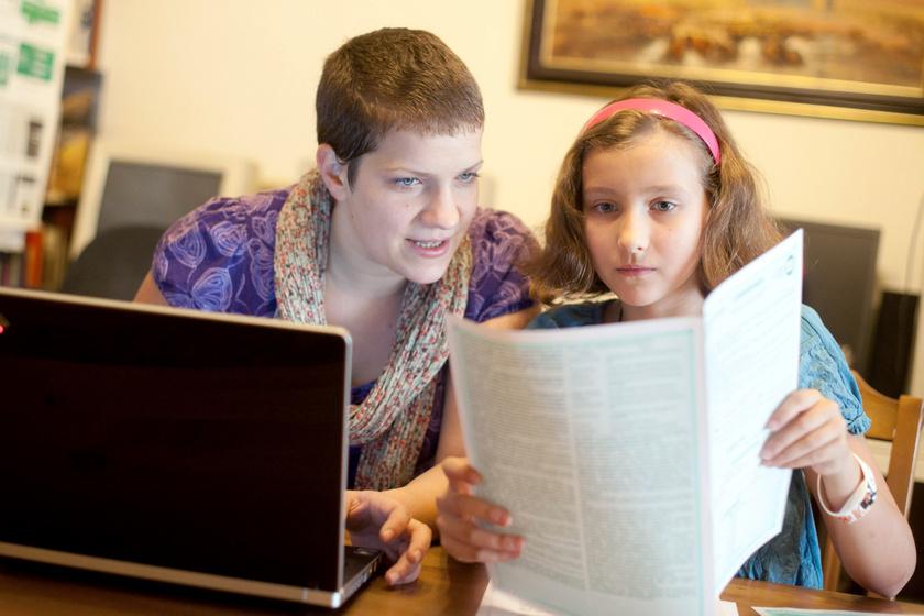 Szilágyi Diána kislányával közösen, elektronikusan tölti ki a kérdőívet. Archív.
