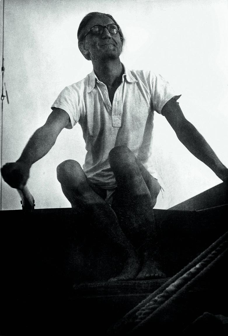 Ottlik Géza a Tabu vitorláshajó kormányánál a Balatonon, 1958Ottlik 1957-ben a Hajnali háztetők című kisregényével evezett vissza az irodalmi életbe, ahonnan kilenc évvel azelőtt kitiltották. Szigliget gyakori vendége volt.