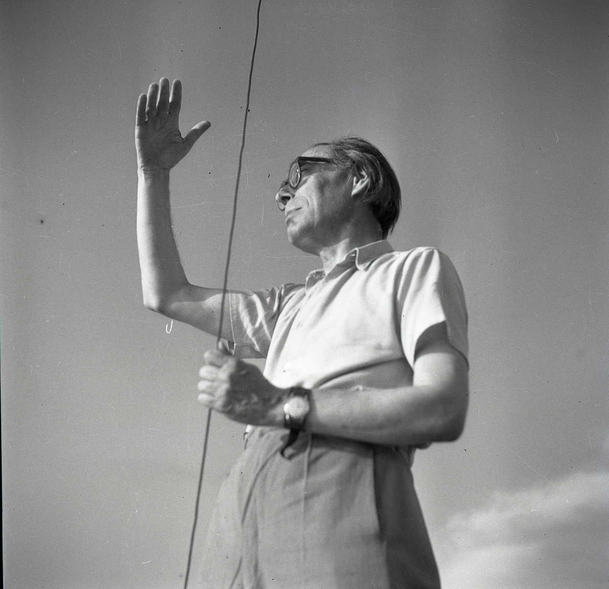 Szabó Lőrinc az Addio III. fedélzetén, 1954A fotót készítő Lipták és Szabó Lőrinc jóbarátok voltak. Ehhez hozzá tartozott, hogy Szabó Lőrinc több kéziratát is a füredi házigazdának ajándékozta, meg az is, hogy reggelente elkísérte borotválkozni a fürdőszobába, hogy a lecsapott klozetfedélen trónolva ecsetelje Baudelaire költészetét.