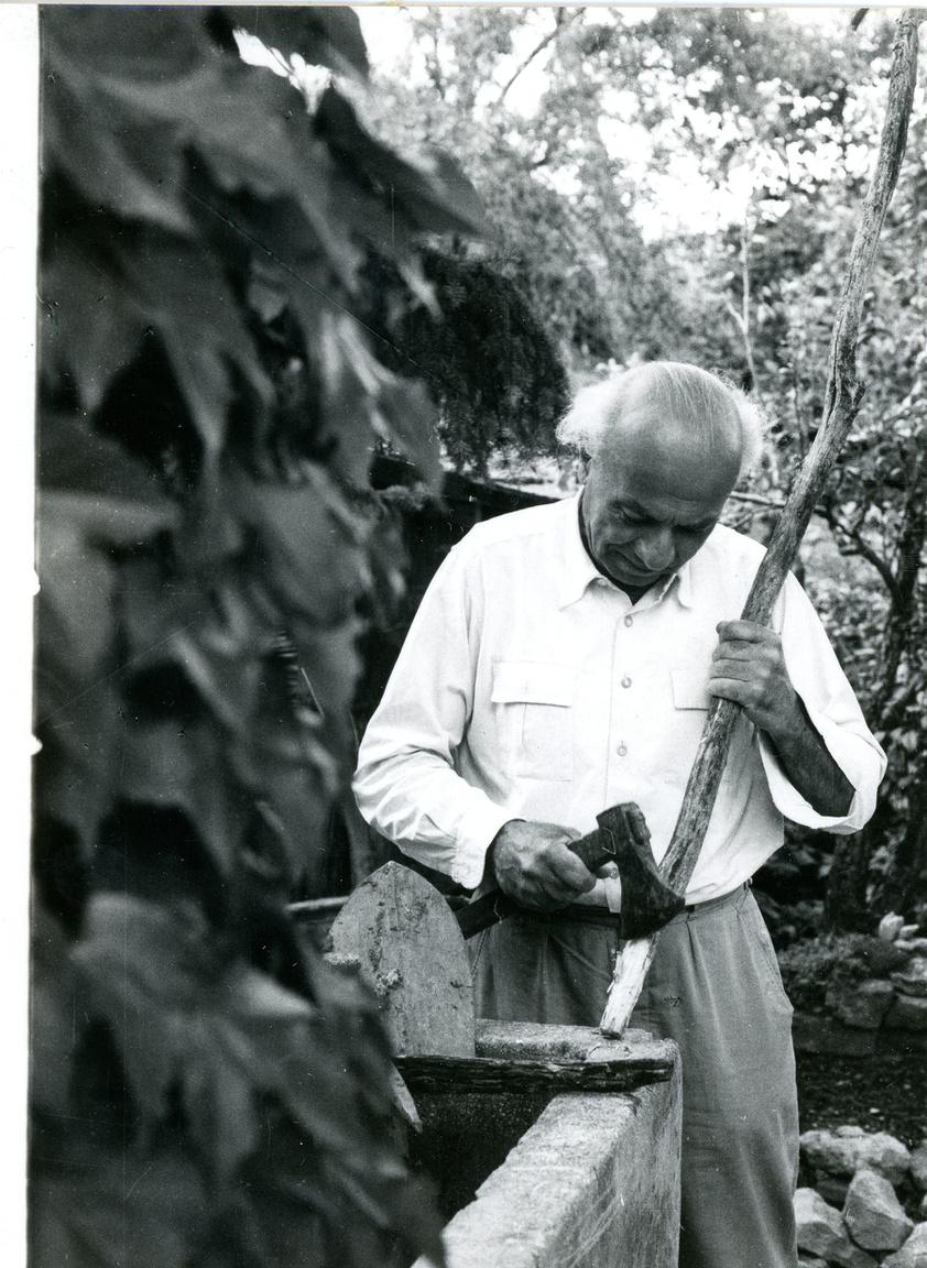"""Illyés Gyula tihanyi kertjében, 1969A tihanyi alsó-kopasz-hegyi házat még az író apósa vette. Illyés egész  mezőgazdasági szerszám-gyűjteményt halmozott fel a hegyen, minden kiselejtezett paraszti eszközt hazacipelt, amit feltűnés nélkül összeszedhetett. És nem szerette, ha látogatói lefotózzák. """"A fényképezőgép, köztünk él bár már második százada, embert látva még karmol, harap, mérget köp. Öreg házakat már lehet fényképezni, vén fákat is. Koros nők és férfiak fényképe megannyi becsületsértés."""""""