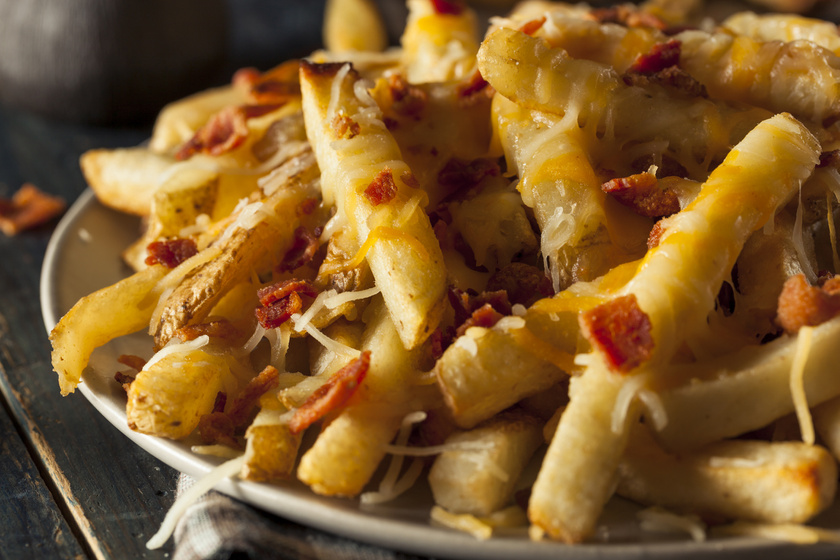Ropogós, sajtos, baconös sült krumpli a tepsiből: nem fog tocsogni az olajban