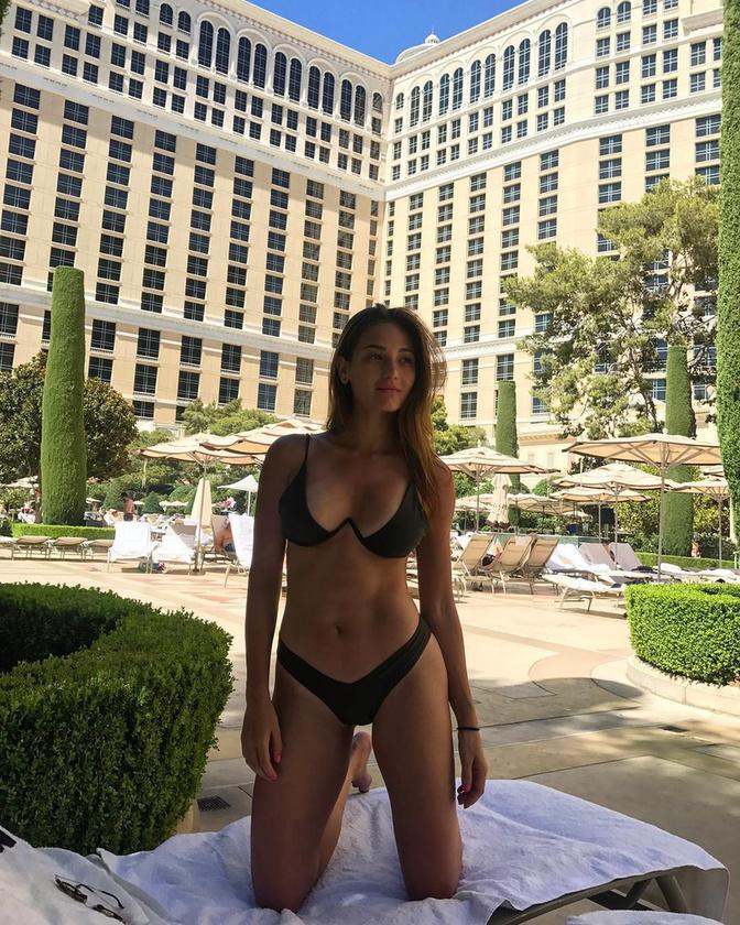 Egyébként nem véletlen, hogy sok bikinis fotója van, hisz, a francia-portugál származású lány, többek között modell.