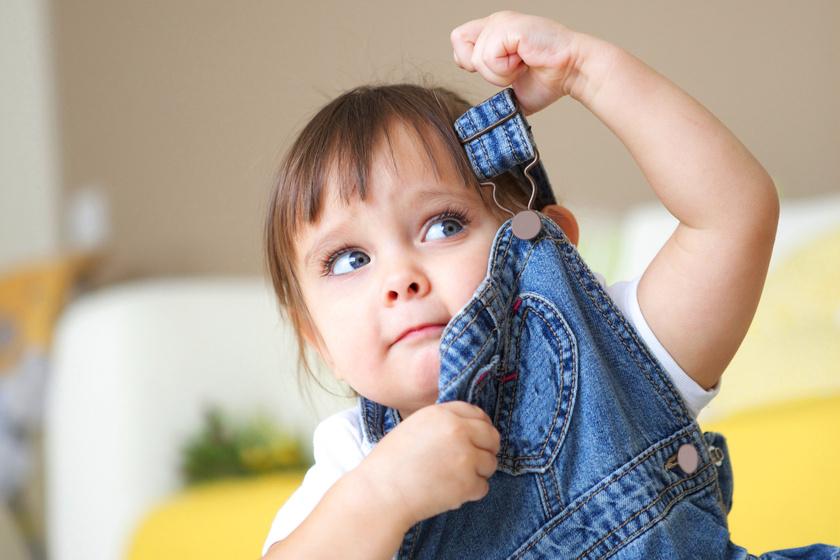 6 ok, amiért a gyerekek lehúzgálják magukról a ruhát: totyogósok gyakori szokása