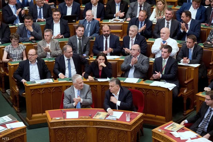 Orbán Viktor miniszterelnök (elöl j) és Semjén Zsolt miniszterelnök-helyettes (elöl b), miután elfogadták az alaptörvény hetedik módosítását az Országgyűlés plenáris ülésén 2018. június 20-án.
