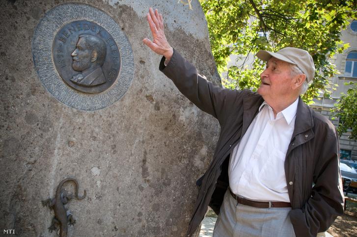 Kányádi Sándor budapesti otthona előtt álló Benedek Elek meseíró emlékművénél.