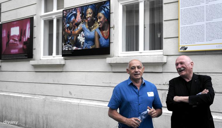 Pascal Maitre (az úr kék ingben) 1979 óta dolgozik fotóriporterként, és összesen 40 afrikai országban járt három évtized alatt