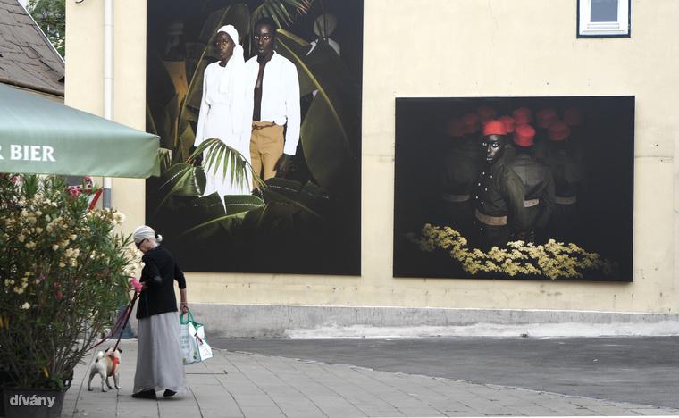A dakari születésű Omar Victor Diop divat- és reklámfotókat is készít, kiállított képeit látva mindenki egyszerre tátotta el a száját.