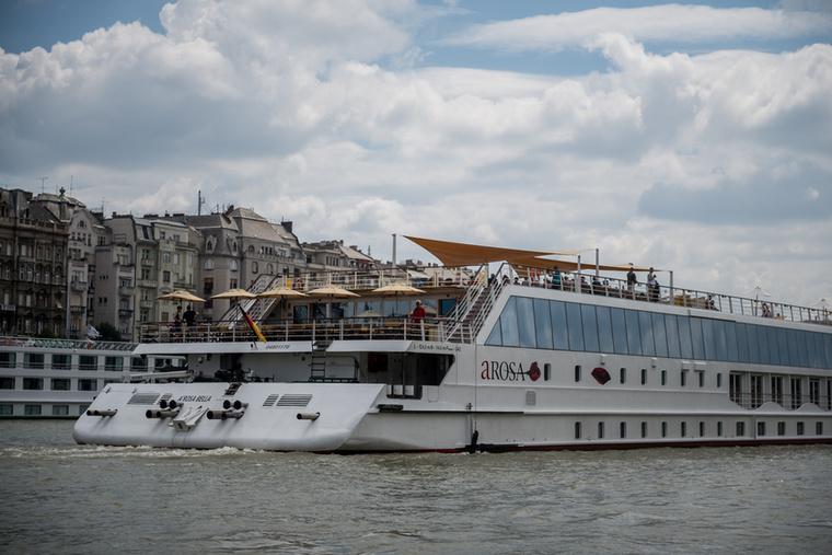 A jetboat a leggyorsabb hajó a Dunán, irigykedtek is a többi hajón utazók