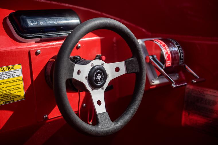 Szóval ez itt a Redjet, ami gyakorlatilag olyan, mintha Ferrarival száguldoznál, csak most egy hajóval driftelgetsz a Dunán