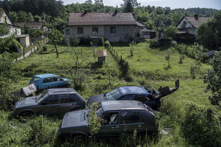 Szúcs-Bányatelep elzártságát szó szerint kell érteni: a 150 fős zsákfalu egy völgyben fekszik, amelynek egyetlen bejárata van.