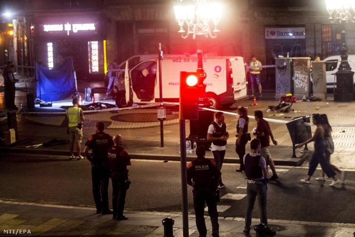A terrortámadásban használt furgon közelében rendőrök Barcelonában 2017. augusztus 17-én, miután a fehér furgon a járdára hajtott és járókelőket gázolt el a katalán főváros Las Ramblas negyedében. Legalább tizenhárom ember életét vesztette, mintegy nyolcvanan megsebesültek.