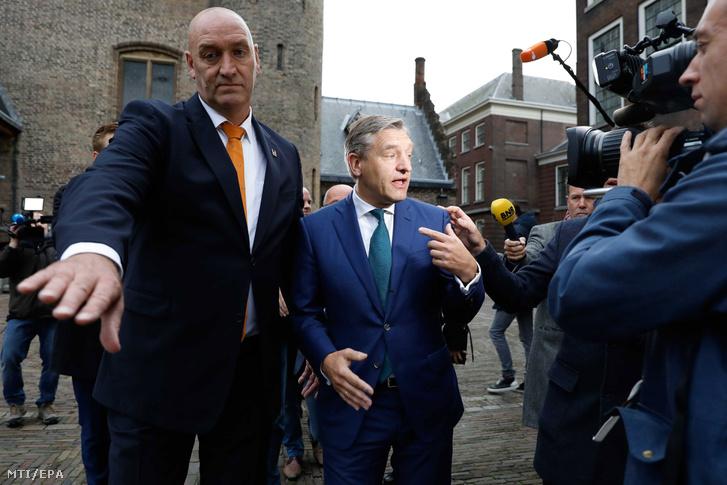 Sybrand van Haersma Buma, a Kereszténydemokrata Tömörülés (CDA) vezetője (k) a hágai parlamentnek otthont adó épületegyüttesbe, a Binnenhofba érkezik 2017. október 10-én. Ezen a napon a koalícióalakításról tárgyaló pártok hivatalosan is jóváhagyták a koalíciós megállapodást a jobboldali-liberális kormány létrehozásáról. Az alakuló kabinetben a márciusi választásokon győztes, liberális konzervatív VVD mellett a Kereszténydemokrata Tömörülés (CDA), a liberális D66 és a Keresztény Unió (CU) vesz részt.