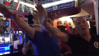Náci karlendítéssel ünneplő angol futballszurkolók után nyomoznak a vb-n