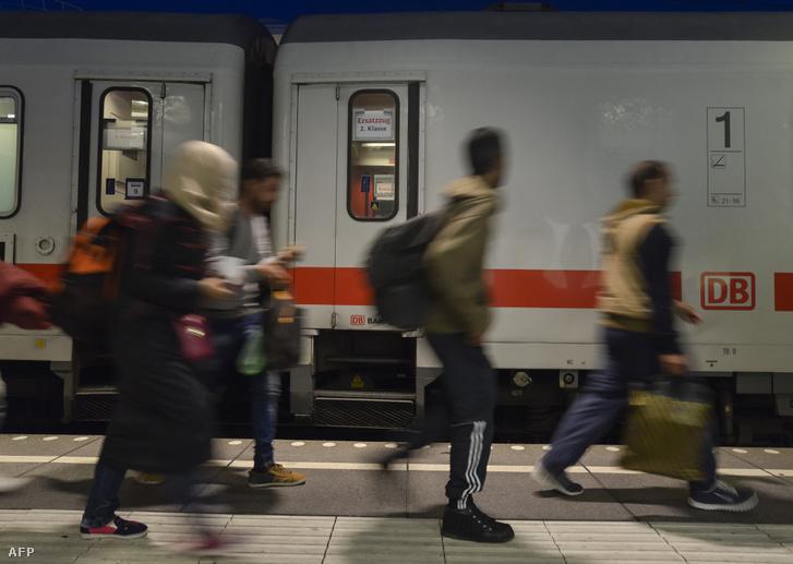 Ausztriából Berlinbe tartó menekültek 2015 októberében