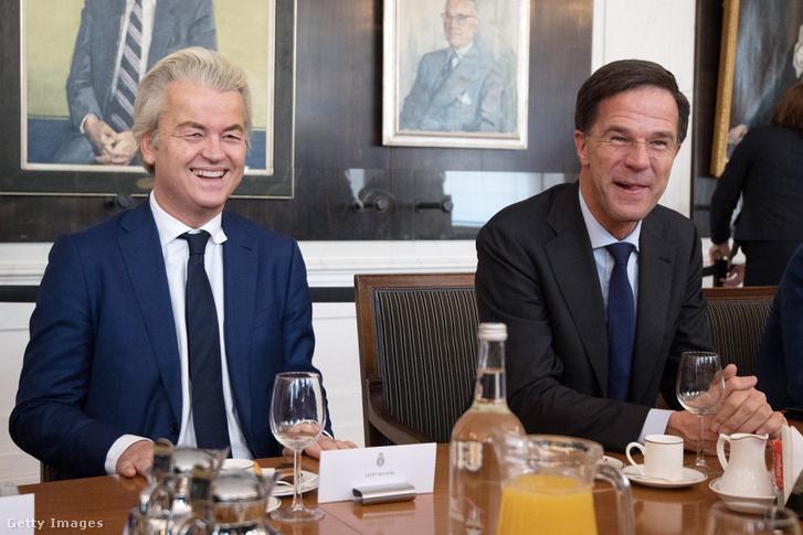 Mark Rutte holland miniszterelnök és Szabadságpárt vezetője, Geert Wilders beszél a többi pártvezetővel a Képviselőházban, 2017. március 16-án Hágában.