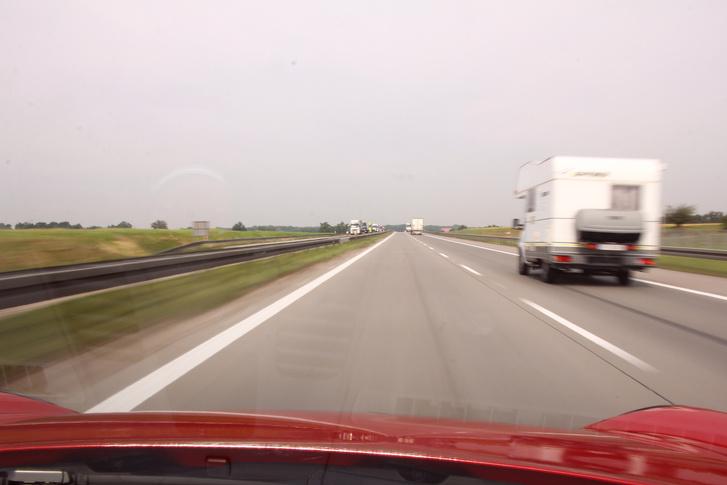 A Carrera T (7 sebességes PDK-val) 3000-es fordulatnál száznyolcvannal gurul - ennek az autónak ez az utazója. A tempót alig érezni, a kétszeres sebességtúllépés sem dráma (azt mondják :) )