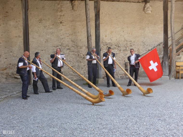 A turisták nyilván egy 100%-ig hamisítatlan, tipikus svájci élményért jönnek ide, aminek része a foundue-zés, a kirándulás és tündéri házikók megcsodálása
