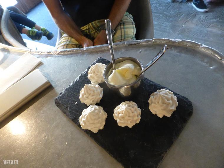 Mi az uzsonnaidőre való tekintettel a helyi desszertkülönlegességet választottuk: habcsókok úgynevezett dupla tejszínnel