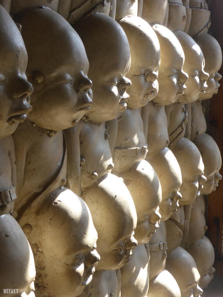 Gigernél visszatérő motívum a magzat, egyik leghíresebb alkotása például a pisztoly alakú szülőgép szobra, ami sorban lövelli magából ezeket a halálgyerekeket