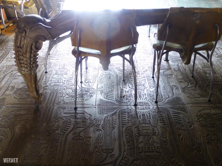 A padlót is Giger hieroglifaszerű karcai díszítik.