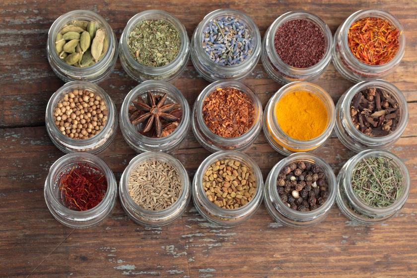 Tárold helyesen a fűszert: olcsóbban kijössz, és rendetlenség sem lesz a konyhában