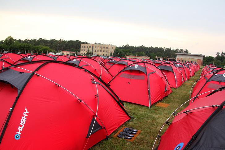 Mindenki ilyen Porsche-piros sátorban aludt szombaton