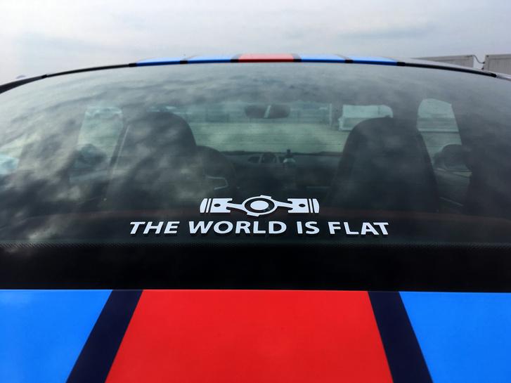 Az biztos, hogy a megveszekedett Porsche-őrültek számára a világ lapos, bárki bármit is mond