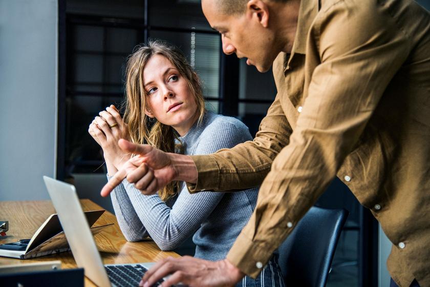 A 8 legfontosabb különbség főnök és vezető között: a te munkahelyeden melyik van?