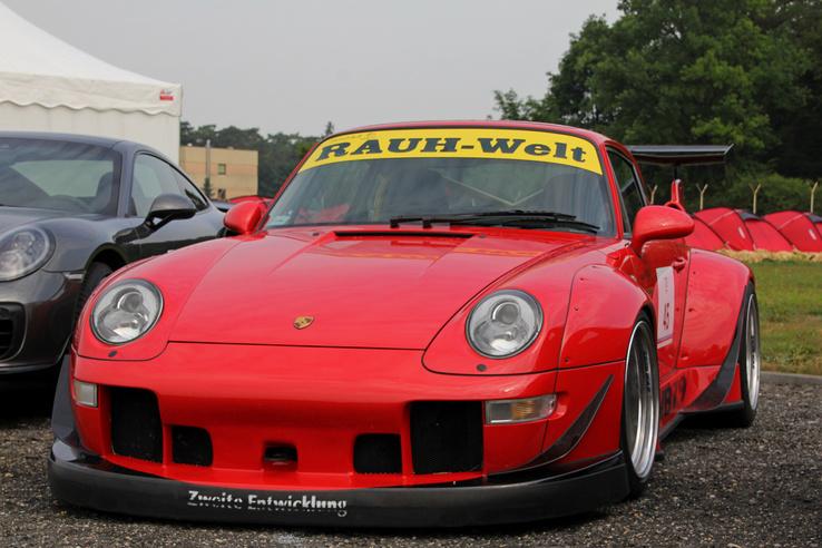 Sok hardcore Porsche-buzi szemében megszentségtelenítés a Rauh Welt-féle widebody átépítés, de nem elhanyagolható azok száma sem, akik szerint átkozottul dögösek a Nakai-féle átépítések. Ami azt illeti, én is az utóbbiak közé tartozom