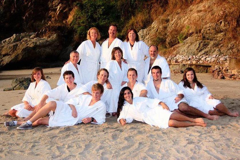 Valamiért az egész család úgy gondolta, ötletes köntösben és esetleg cipőben kifeküdni egy fotóra a tengerpartra.