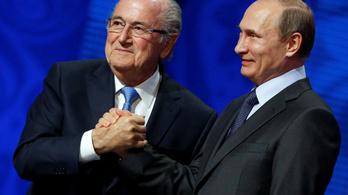 A futballtól eltiltott Blatter Putyinnal találkozott, vb-meccset nézett