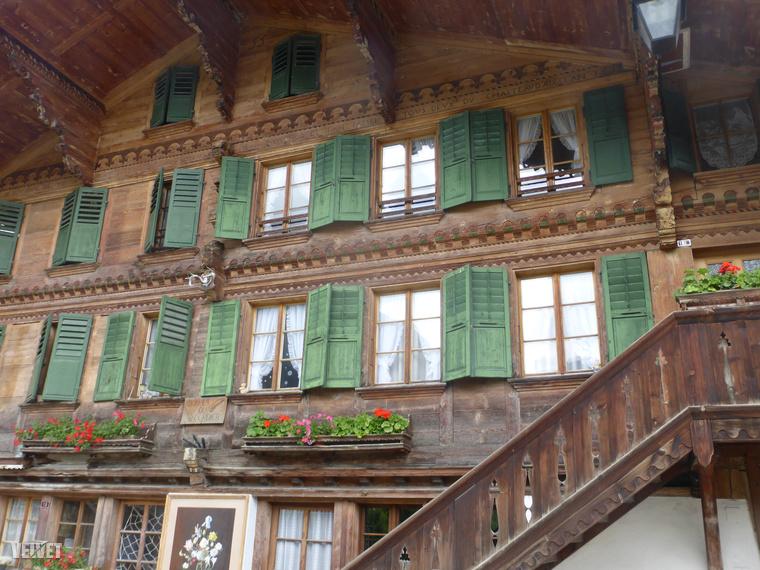 Na de Rougemont csak egy kis 900 fős falu a sok közül, menjünk tovább a szomszédos Gstaadba, ami ugyanilyen, csak jóval híresebb.