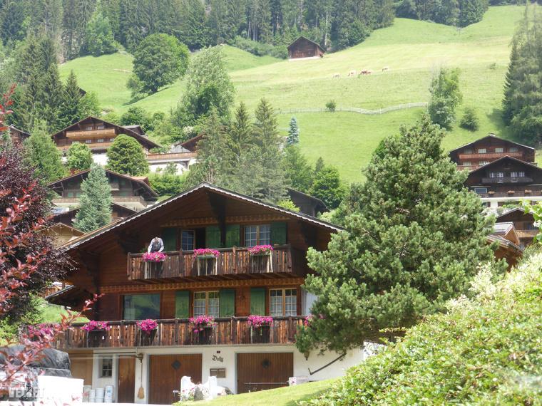Errefelé (is) tipikusak ezek a csodás falusi faházak, a nyári szezonban lehetőleg jó sok virággal díszítve.