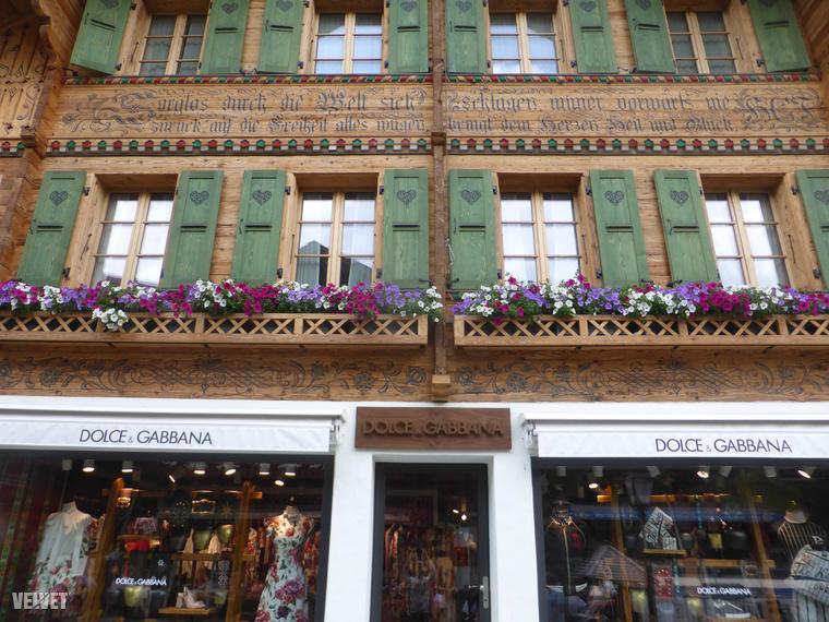 Ugyanilyen, csak van egy fontos különbség: Gstaad közepén a cuki falusi faházak többségében a létező legdrágább luxusüzletek működnek